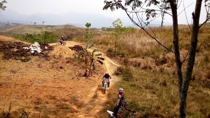 Keindahan alam Indonesia dinikmati dari atas motor cross