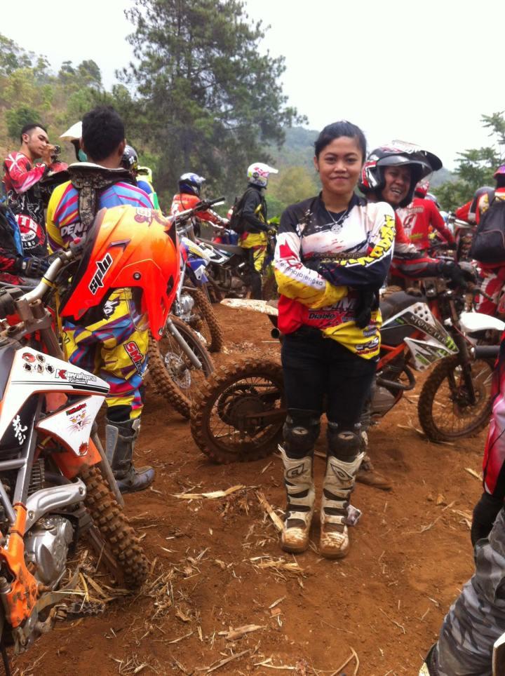 Ade Taruna saat bersama komunitas motor cross nya