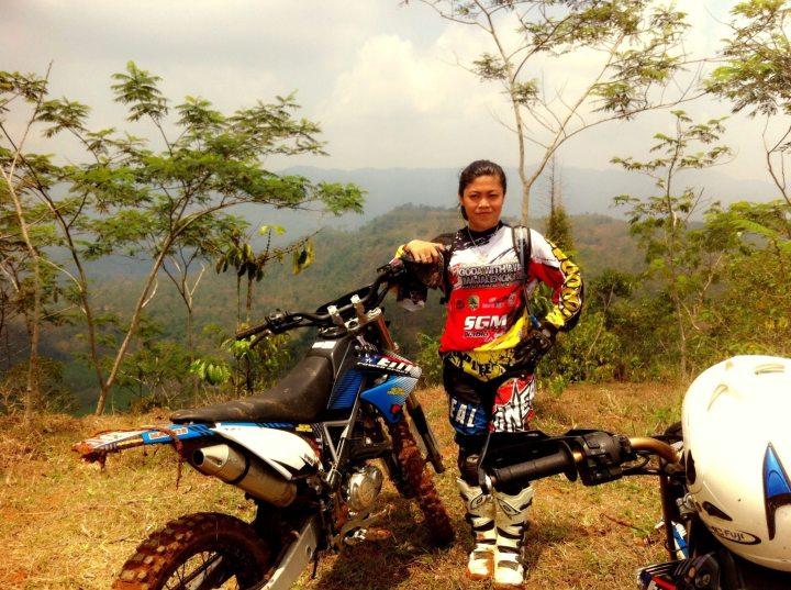 Ade Rina saat berpose di atas bukit tempat yang dijelajahinya