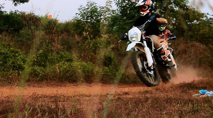 Aksi Sindhu saat mengendarai motor cross