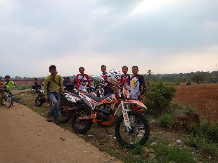 Raditya Biandra bersama kawan-kawan Serigala Cross X