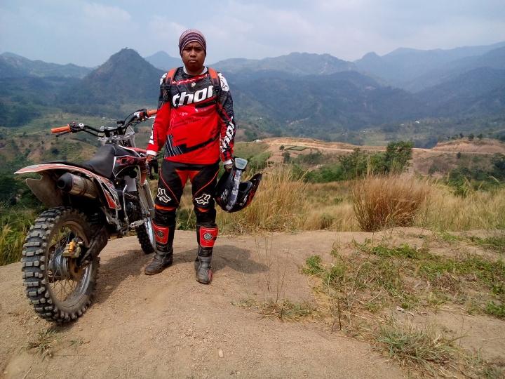 Bois saat menaklukkan gunung dengan motor kesayangannya