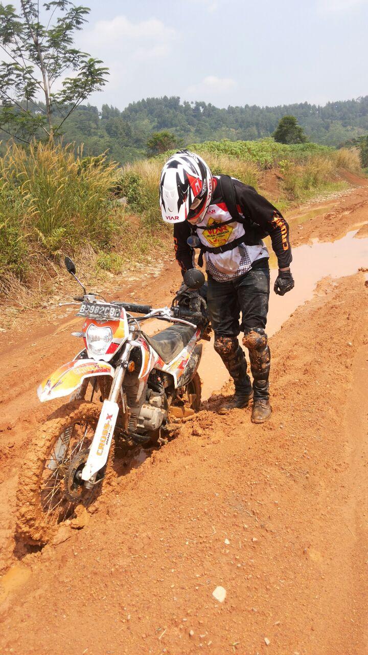 Aksi Omar Malik saat di track lumpur