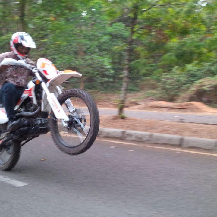 Aksi Omar Malik saat menggeber motor trail kesayangannya