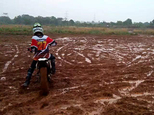 Aksi Raditya Biandra di track lumpur