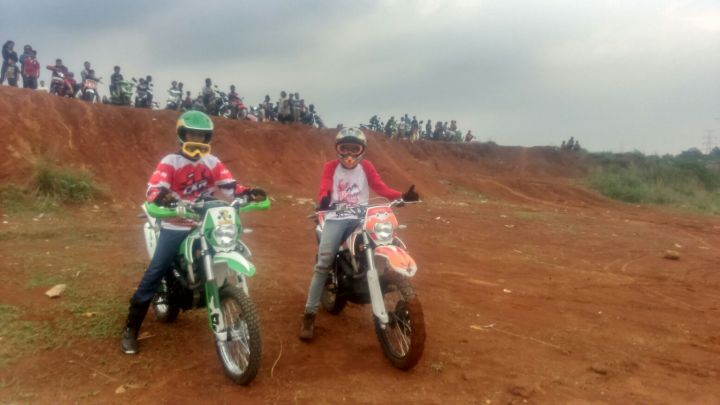 Ricky (kiri) saat bersama komunitas motor cross nya