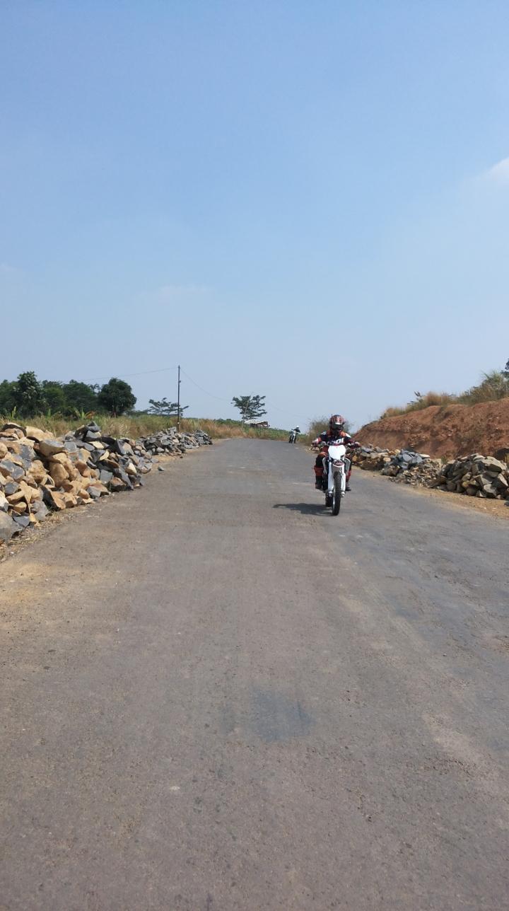 Aksi Bois saat dijalan menggunakan motor tral kesayangannya