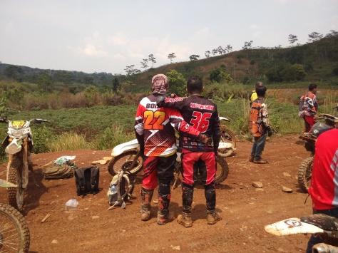 3 Pengembara terhenti karena jalur belum boleh lewat karena ada latihan TNI di Bukit Hambalang