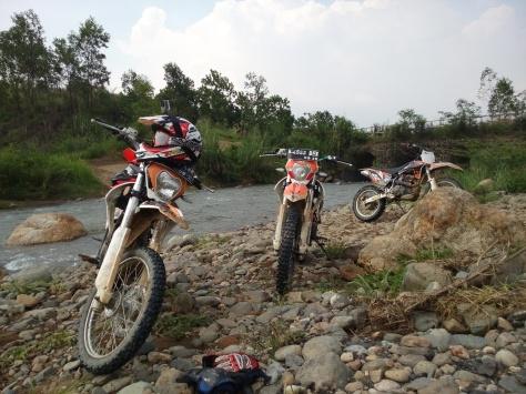 3 Tunggangan para pengembara beristirahat di sungai Hambalang