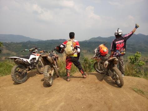 Tiga pengembara sudah di salah satu puncak bukit Hambalang