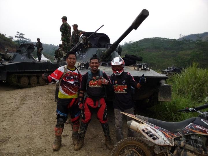 3 Pengembara berfoto didepan Tank di bukit Hambalang