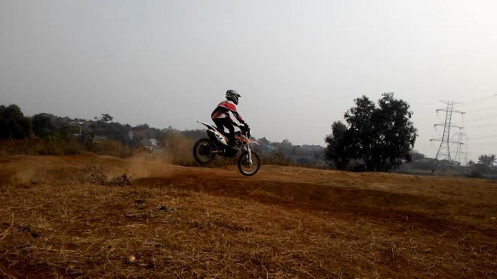 Aksi Raditya Biandra saat menunggangi Trail kesayangannya