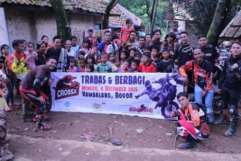 Serigala CrossX foto bersama warga desa Babakan Madang