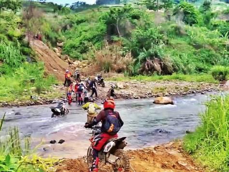 Menyeberangi sungai dengan arus deras