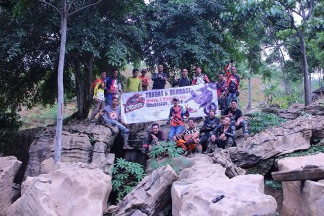 Serigala berfoto di batu-batu kawasan gua monyet