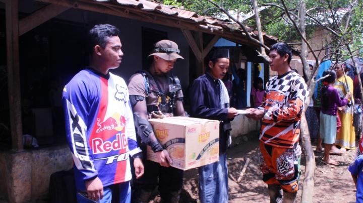 Dewa selaku Owner Cipta Sarani Teknik memberikan sumbangan dana cash kepada warga Babakan Madang
