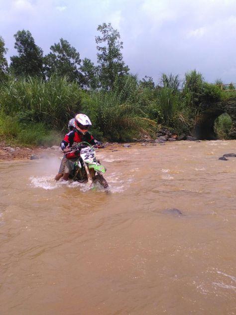 Imam bersama anaknya menembus sungai Hambalang