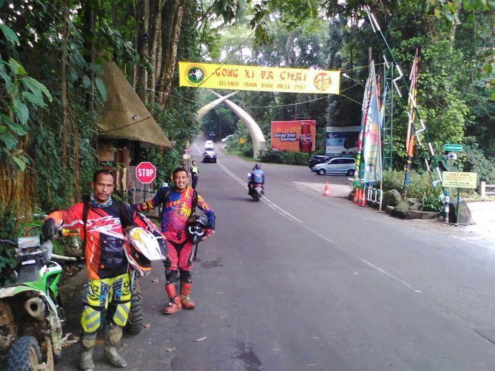 Befoto di depan gerbang taman safari Indonesia