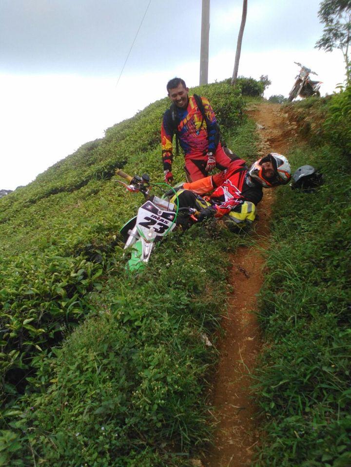 Crosser Imam tersungkur di single track kebun teh puncak