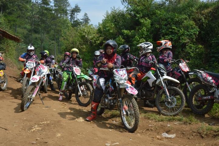 Rena ISuzuki bersama komunitas trail Triangel Indonesia