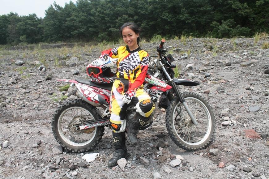 Crosser Cewek Indonesia Ngobrol Motorcross