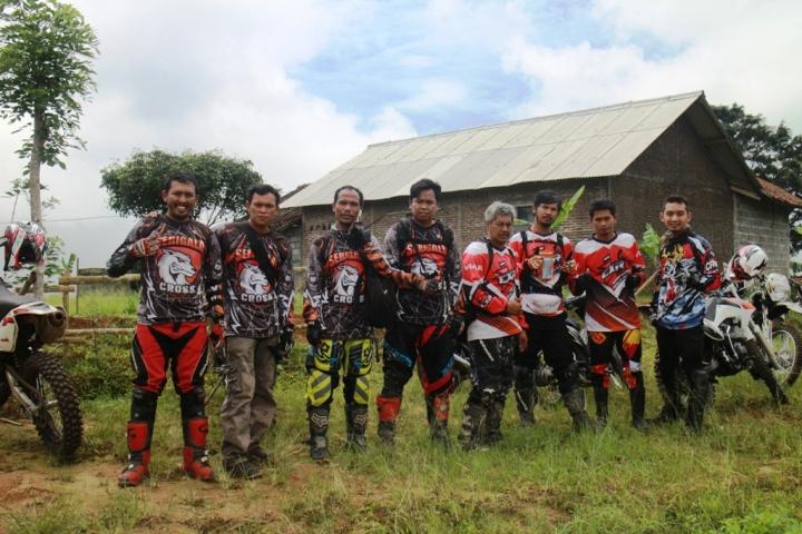 Dwi Bimata (3 dari kanan) bersama komunitas Serigala Cross dari Jakarta