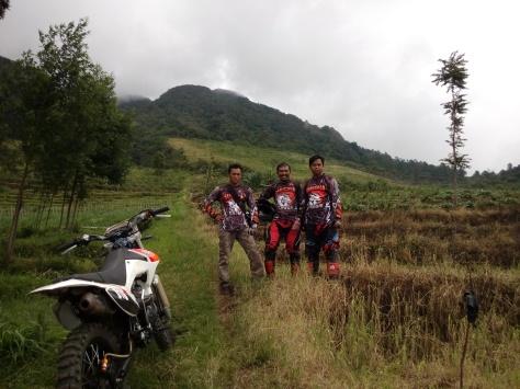 Serigala Cross sedang berfoto di gunung Sumowono