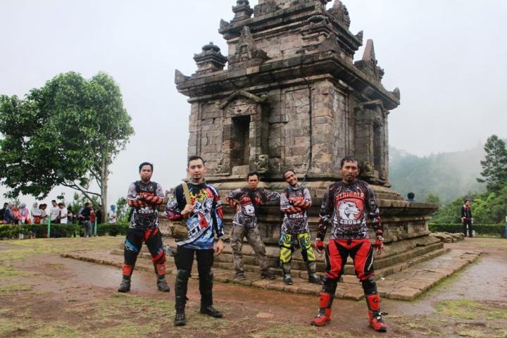 Serigala Cross Berfoto di salah satu Candi Gedong Songo