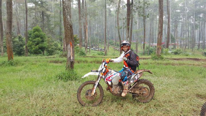 Mr Ade Aix bersama tunggangan kesayangannya KTM Sixdays