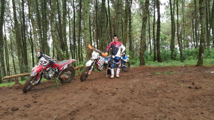 Ade Aix saat break di Jalur hutan pinus