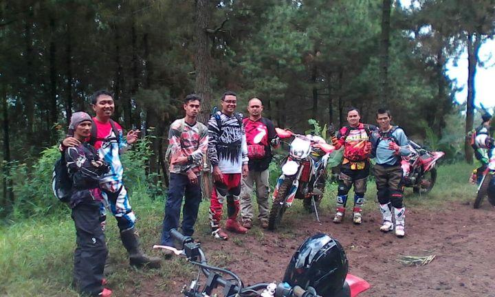 Ade Aix bersama Komunitasnya BAJA (Bandung Jelajah Alam) Community