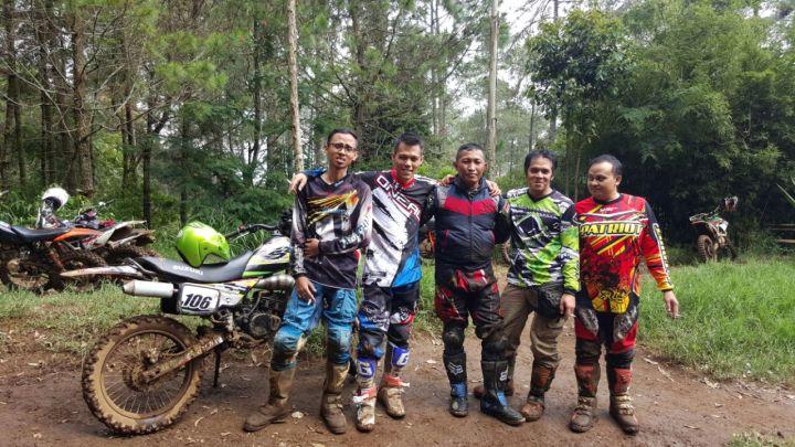 Ade Aix (no 2 dari kiri) bersama BAJA Community