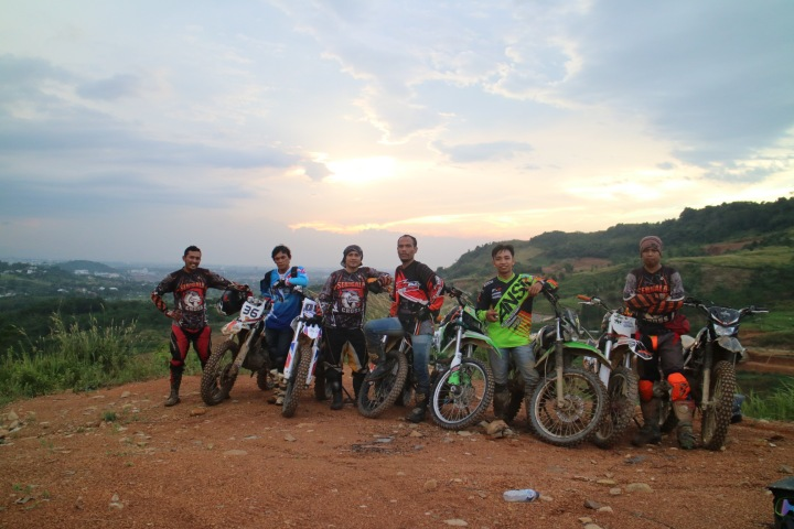 ngobrolmotorcross dan serigala cross berfoto dengan background sunset Hambalang