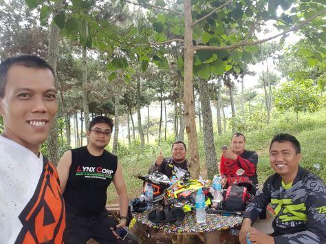 Para Senior trabas dari Bandung dan Subang sedang beristirahat sambil menunggu makan siang (Ki-Ka: Ade Aix, Irwan Lynk Corp, Haji Herman, Lingga, Ilham Mulyana)