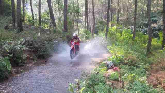 Aksi Lingga saat dijalur sungai