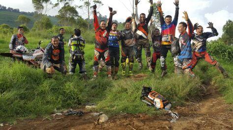 Semua rombongan crosser terlihat melompat Bahagia saat difoto dijalur.. hahahaha