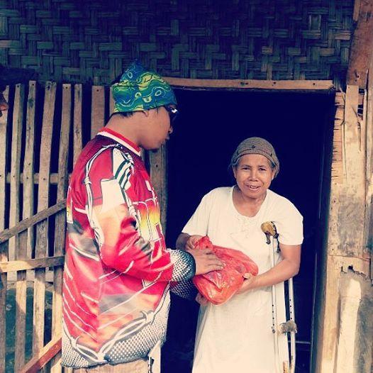 Mang Adi Jak Trail saat menyerahkan paket amanah dari Oprotan Indonesia