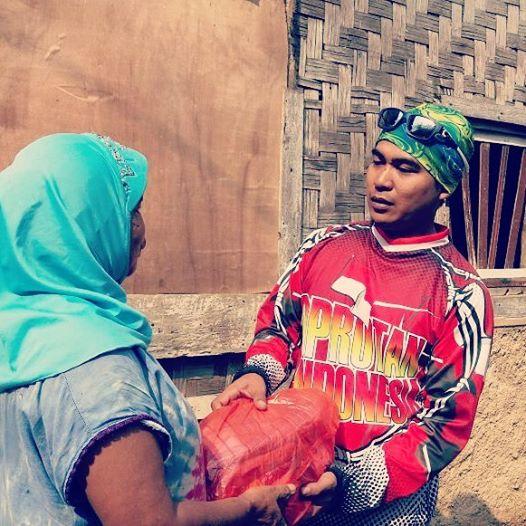 Mang Adi Cianten saat meberikan paket ramadhan kepada warga desa