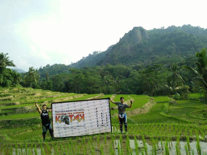 Banner besar acara silaturahmi terpampang jelas di puncak Sempur