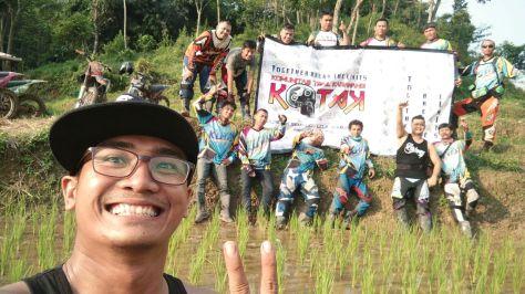 Foto bersama keluarga Kotak di Puncak Sempur Loji Karawang
