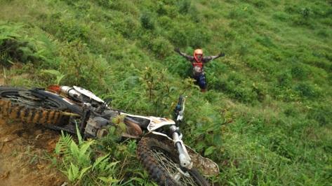 ngobrolmotorcross masuk 3 meter saat motornya tergelincir dijalur