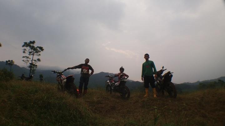 Ngobrolmotorcross berpose di jalur Cianten Indah