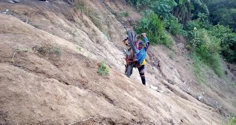 Ari, offroader dari KOTAK Karawang, sangat expert dalam handling tunggangannya