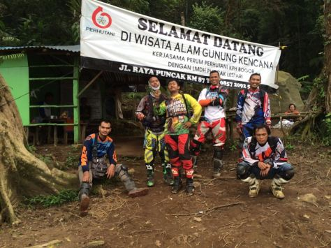 ngobrolmotorcross dan Serigala Cross ada di Gerbang menuju pendakian Gunung Kencana