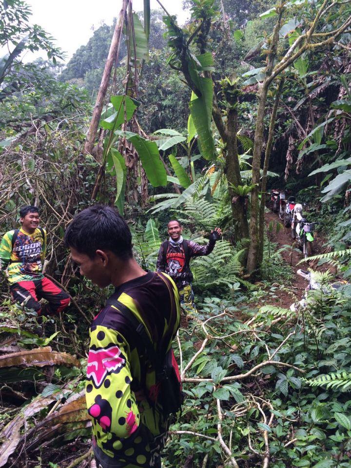 Jalur Gunung Kencana, medan yang berat, single track, lembab dan banyak akar, dan sedikit kerja bakti memindahkan pohon tumbang yang menghalangi dijalur
