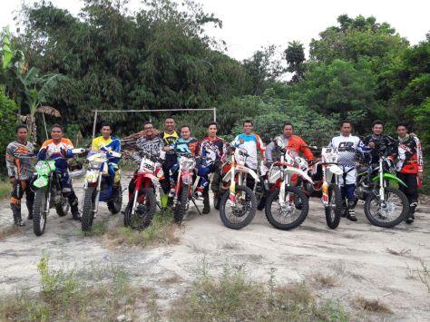 Teman-teman dari Sugat Subang, Baja Bandung saat berfoto bersama sebelum ngejalur
