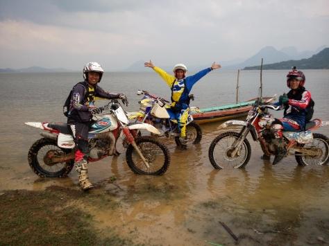 Team Baja Bandung saat berfoto di waduk Jatiluhur Purwakarta