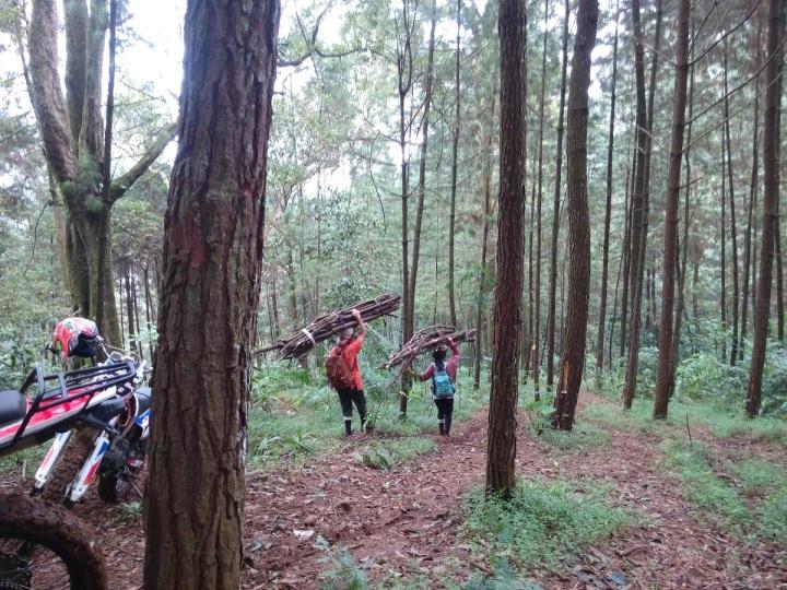 Tanjakan panjang di hutan pinus Gunung salak, terlihat warga kampung