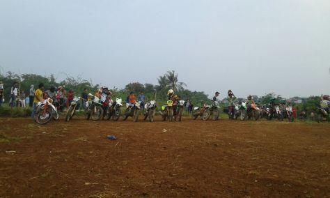 Para peserta Enduro berebut start pertama