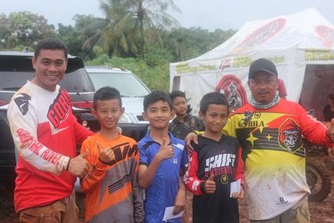 Penyerahan hadiah kelas minimoto oleh Ketua Gorila Bpk. Cecep Bopank (Paling kiri) dan Kabid Event Bpk. Ade (paling Kanan)